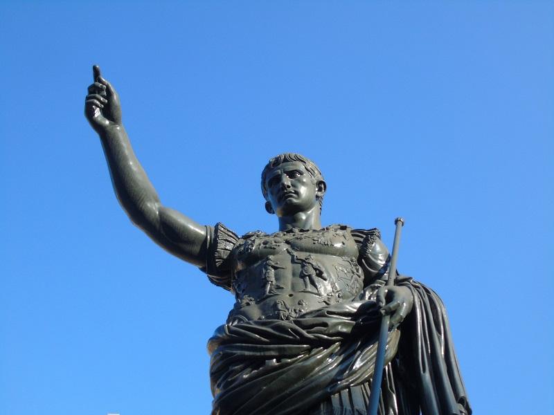 Picture of Cesar's statue in Rome symbolizing versatility